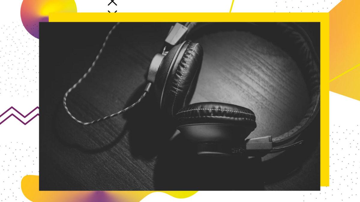 Schwarz-weiß-Bild, Kopfhörer mit Kabel, die auf einem Tisch liegen