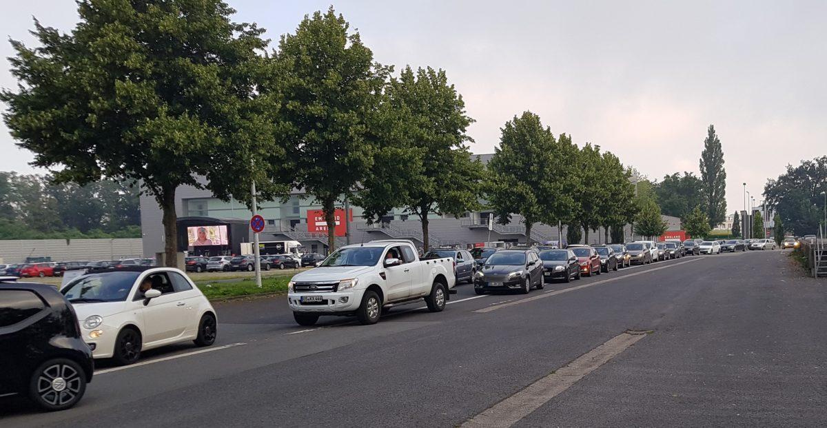 Autos warten in einer Schlange, um auf den Parkplatz zu kommen. Abschluss