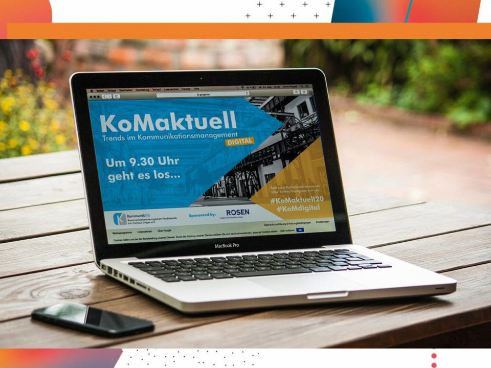 Ein Laptop mit dem KoMaktuell Titelbild