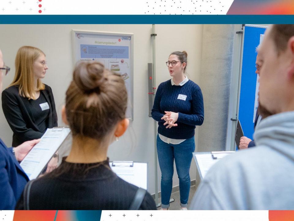 Zwei Stundentinnen des Campus Lingen präsentieren ihre Seminararbeit dem Publikum