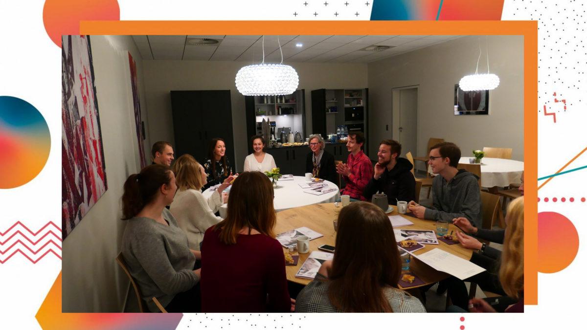 Die Teilnehmer des Seminars sitzen zusammen und unterhalten sich