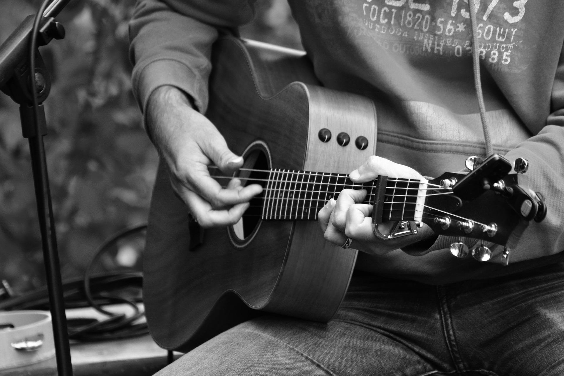 Ausschnitt von einem Menschen, der Gitarre spielt