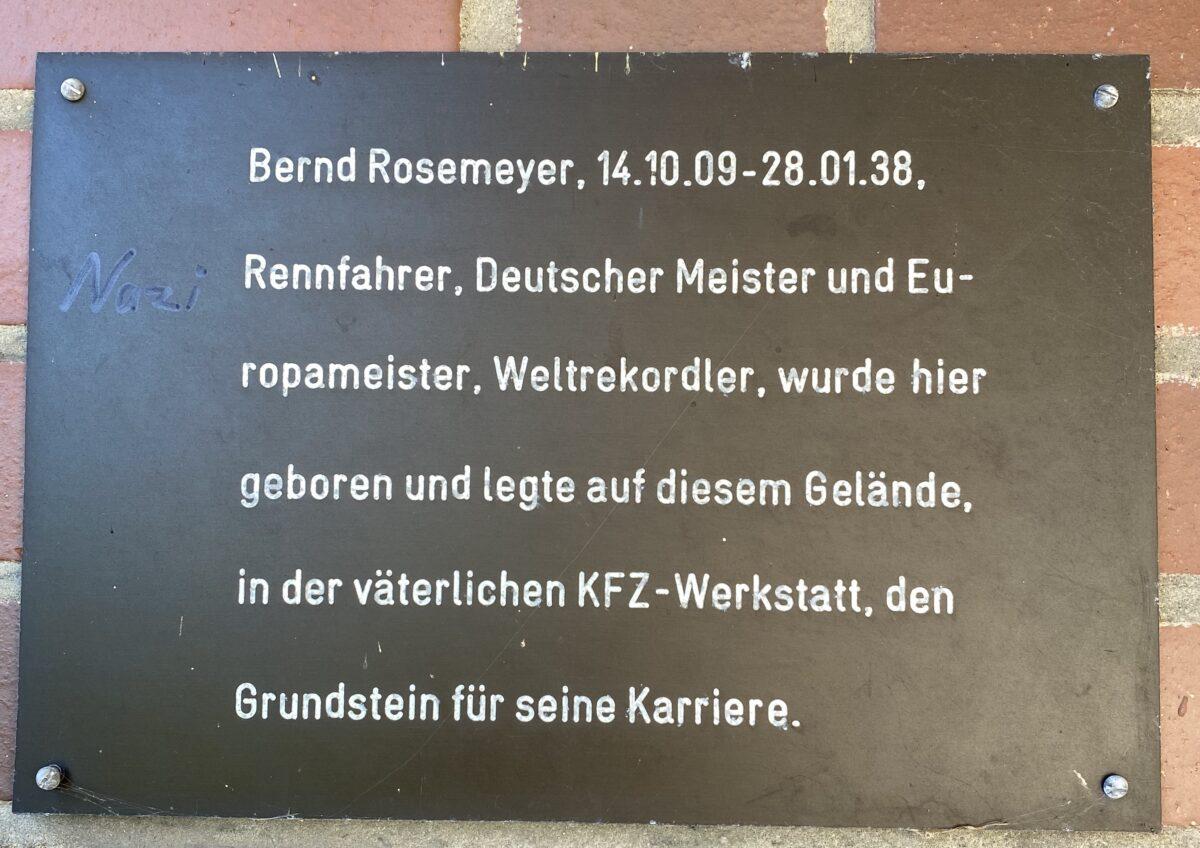Gedenktafel mit einer Kurzbiografie von Rosemeyer