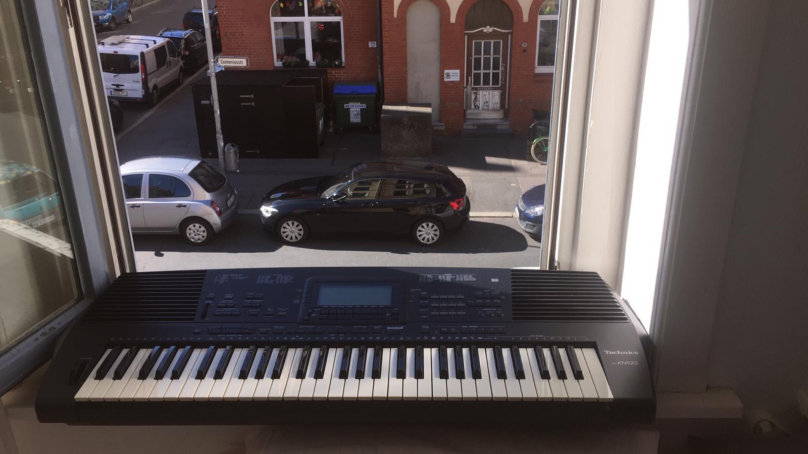 """Viele Musiker spielen aus ihren Fenstern die Europahymne """"Ode an die Freude"""""""